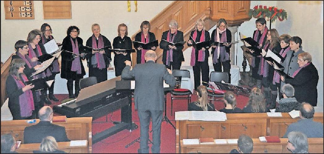 Singt dieses Jahr auf Deutsch und Englisch: der Kirchenchor Alsheim-Gronau beim Adventskonzert 2017. FOTO: CLEMEN