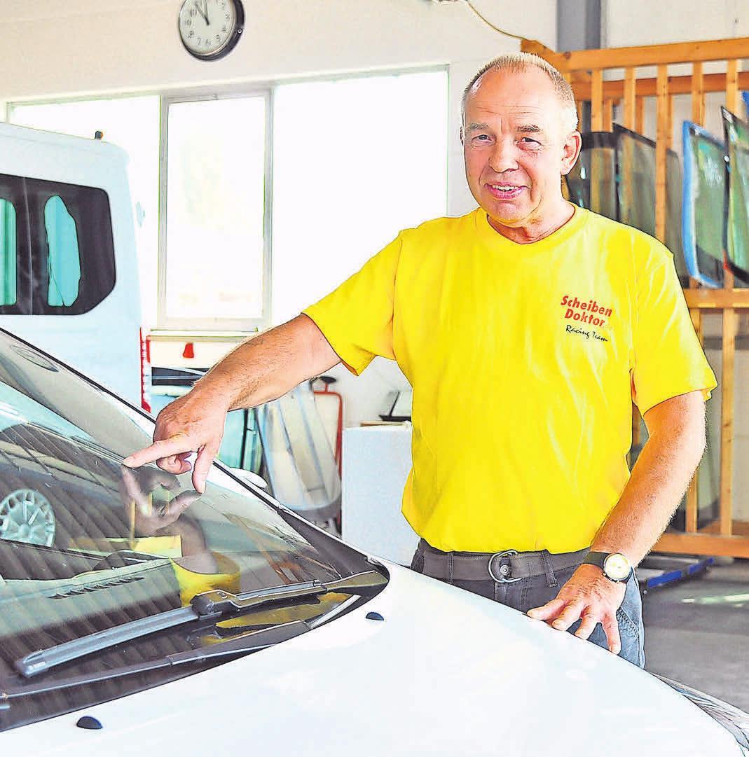 Schnelle Hilfe: Ludwig Gunkel wechselt innerhalb von 24 Stunden Autoscheiben aus.