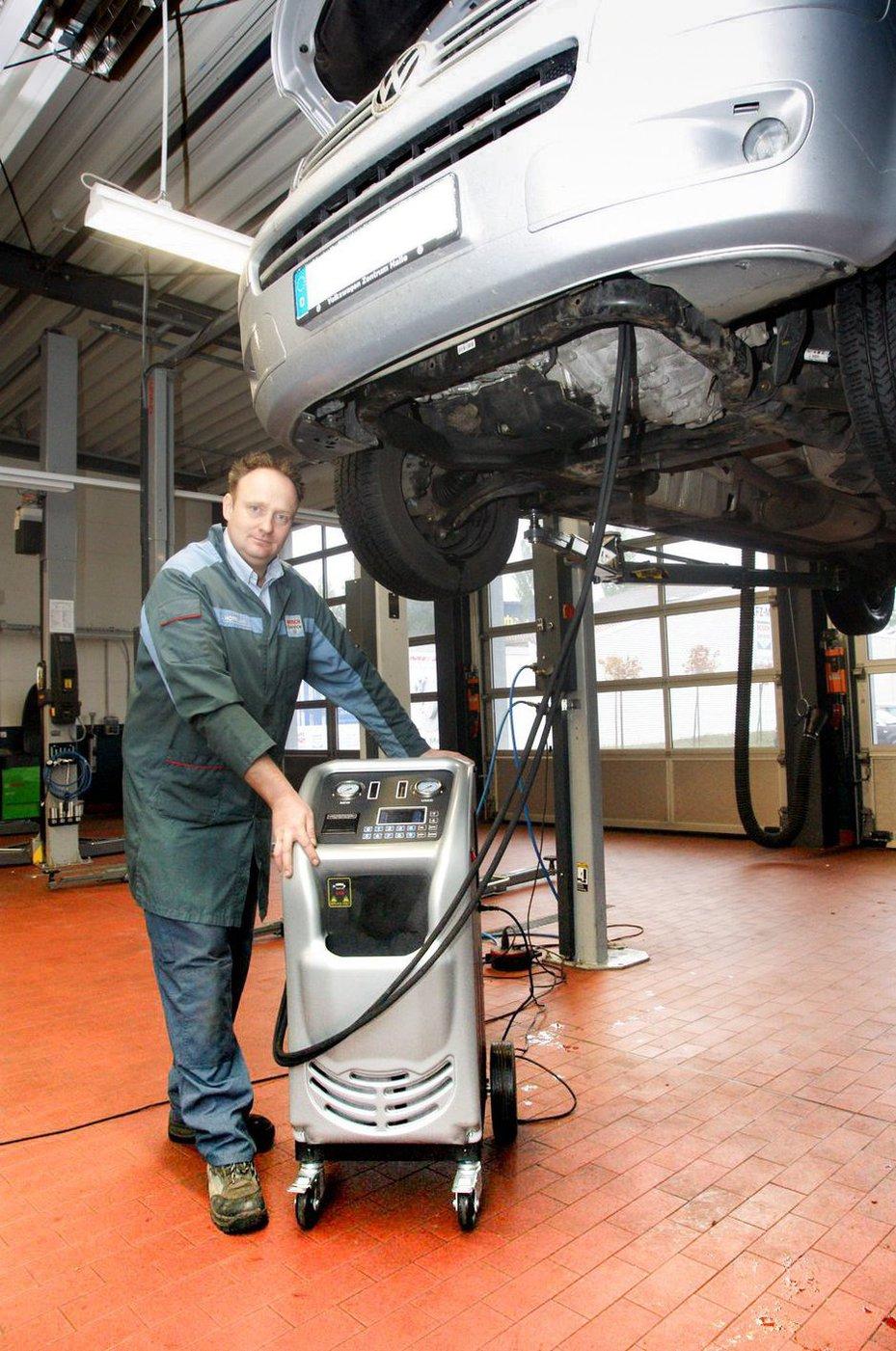 Jörg Hoffmann leitet die Werkstatt in der Berliner Straße. FOTO: ZERFASS