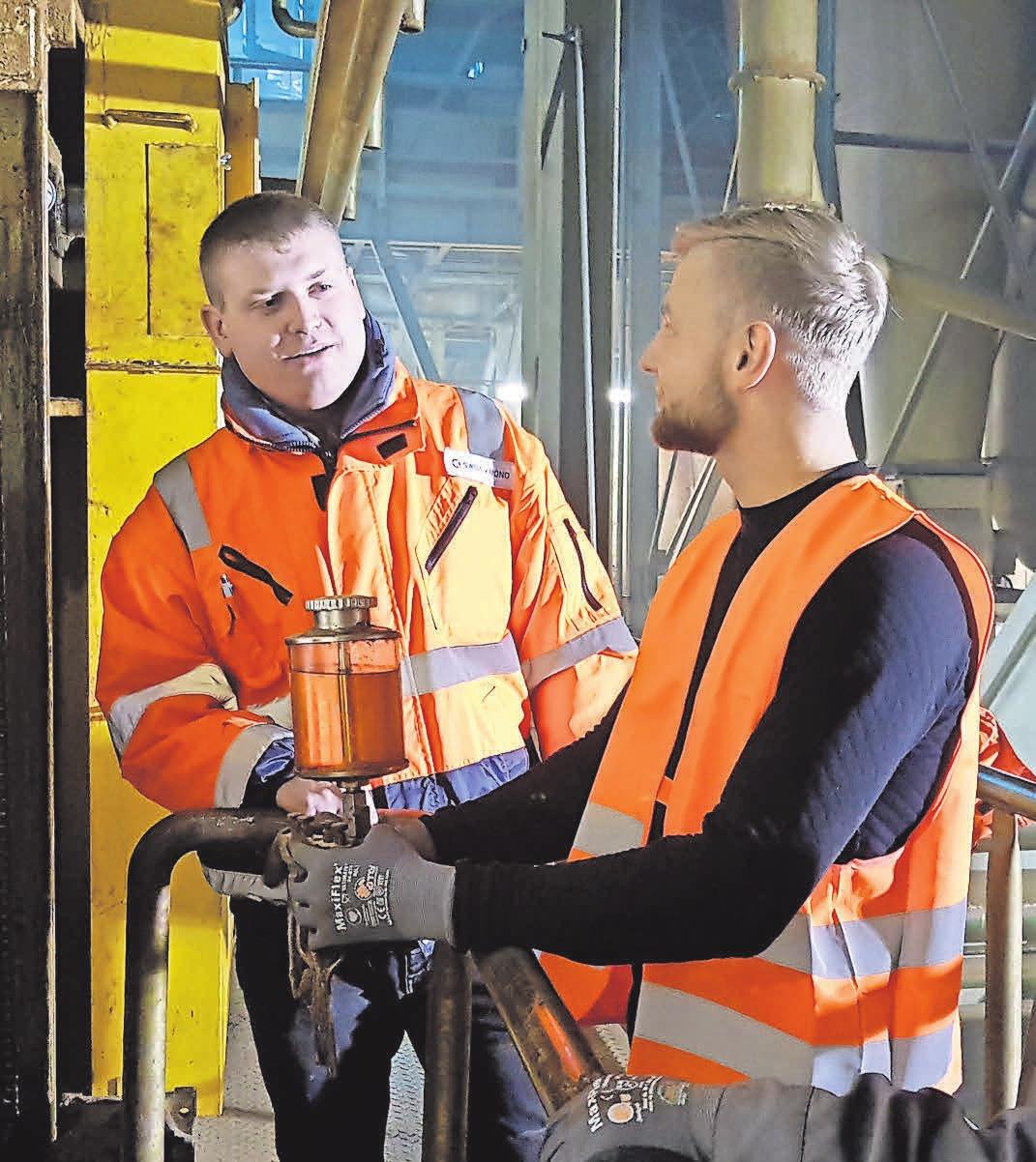 Tom Symossek erkundigt sich bei Mechaniker Raphael Klemm (l.), wie weit die Montage des Ölers an dem Kettenantrieb vorangekommen ist. FOTO: ROSENGRUEN.DE