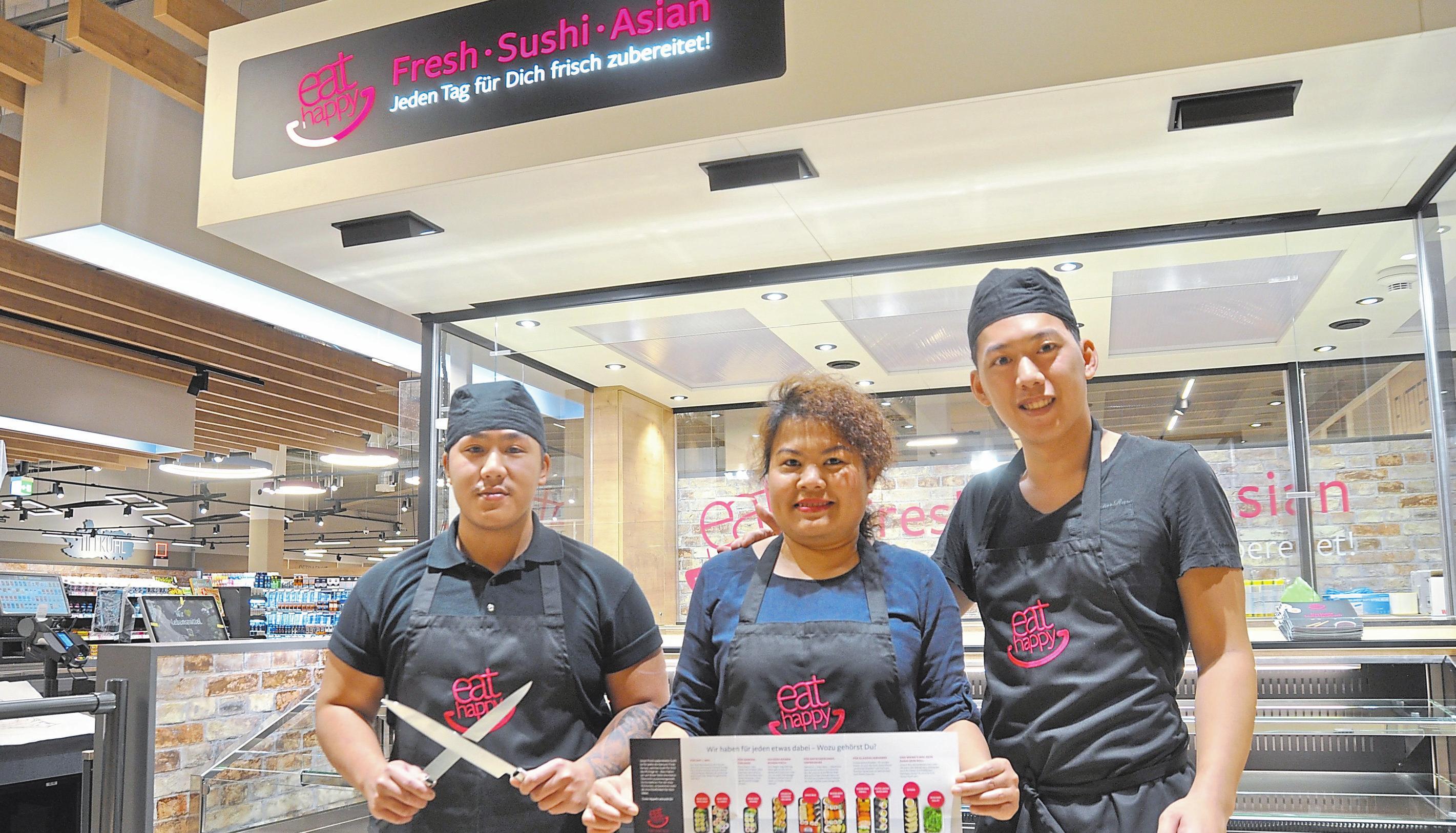 Sushi direkt vor den Augen der Kunden zubereitet: Darum kümmern sich ab heute (von links) Viet Anh Lehoang, Siriwan Zgrzendek und Viet Duc Nguyen.