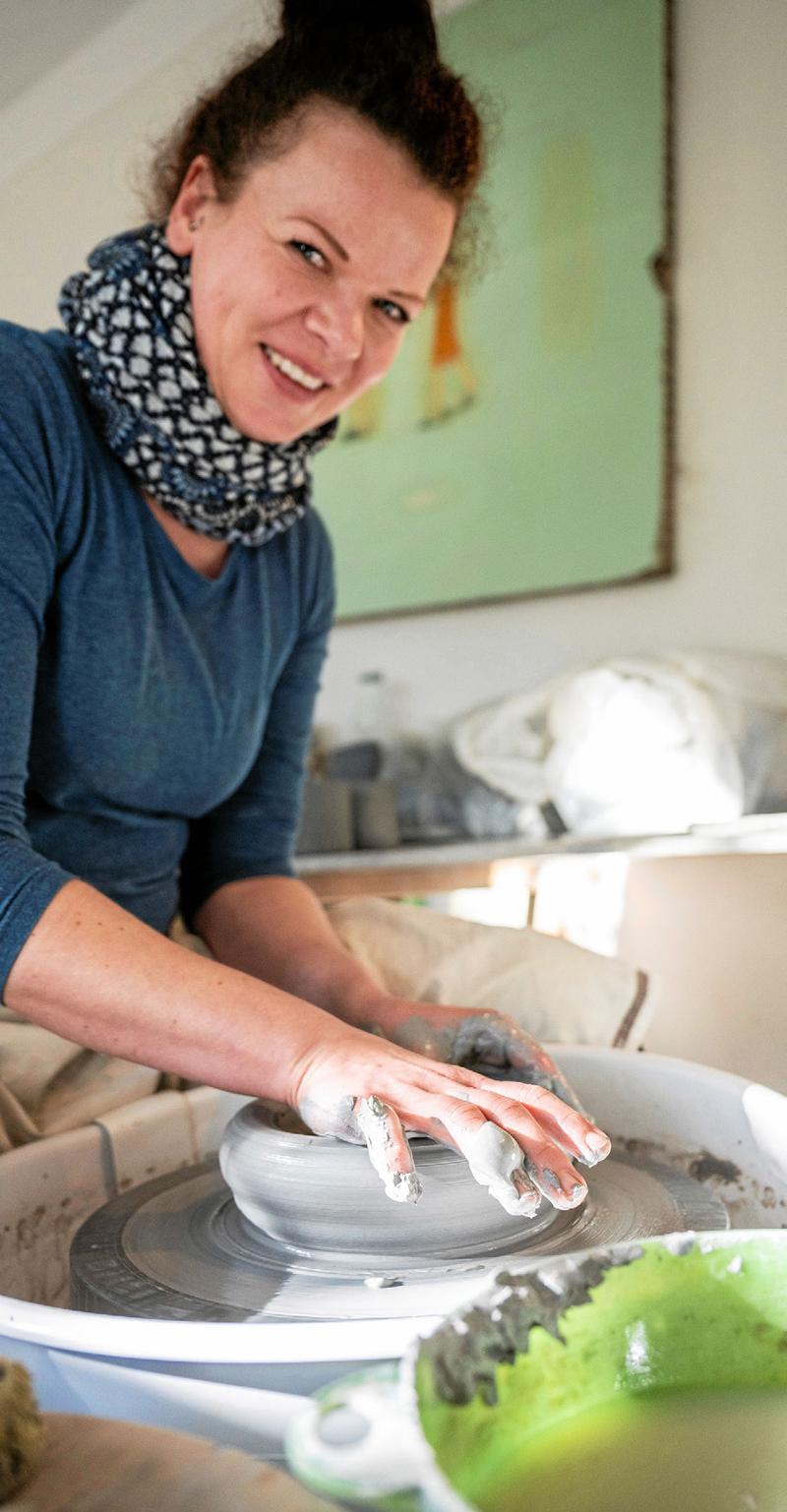 PROFIDREHERIN Miriam Skärke formt eine Schale in der Bardowicker Werkstatt.