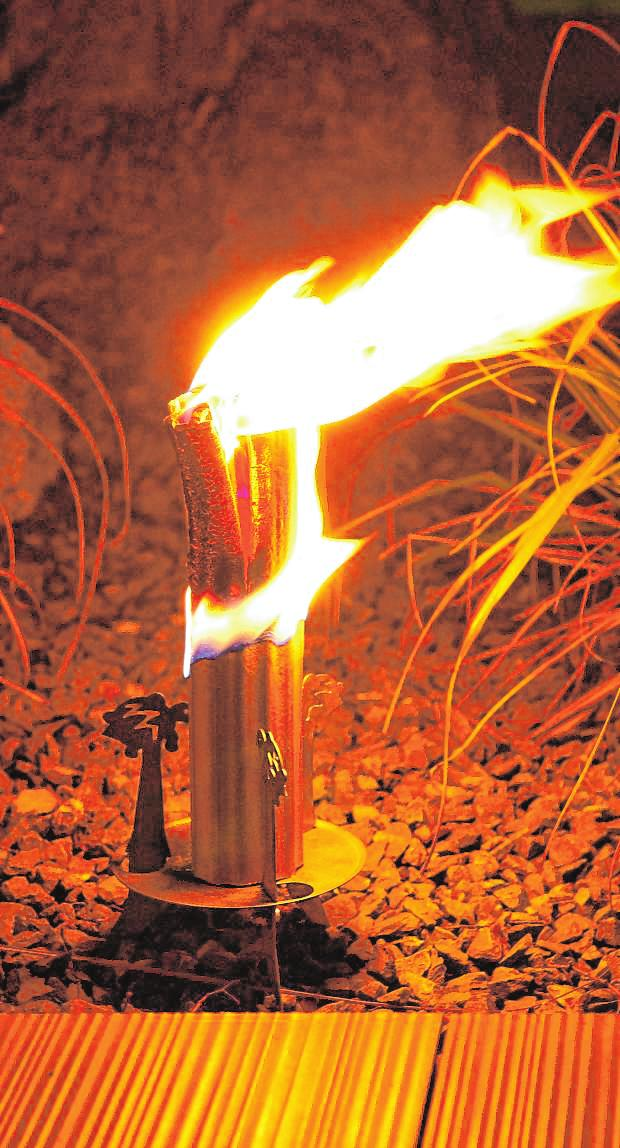 Ein echter Blickfang im Garten sind brennende Fackeln. Dieses Modell wird umweltfreundlich aus anfallenden Holzspänen der Hobel- und Sägeindustrie hergestellt. BILDER: DJD/MEGAWOOD.COM