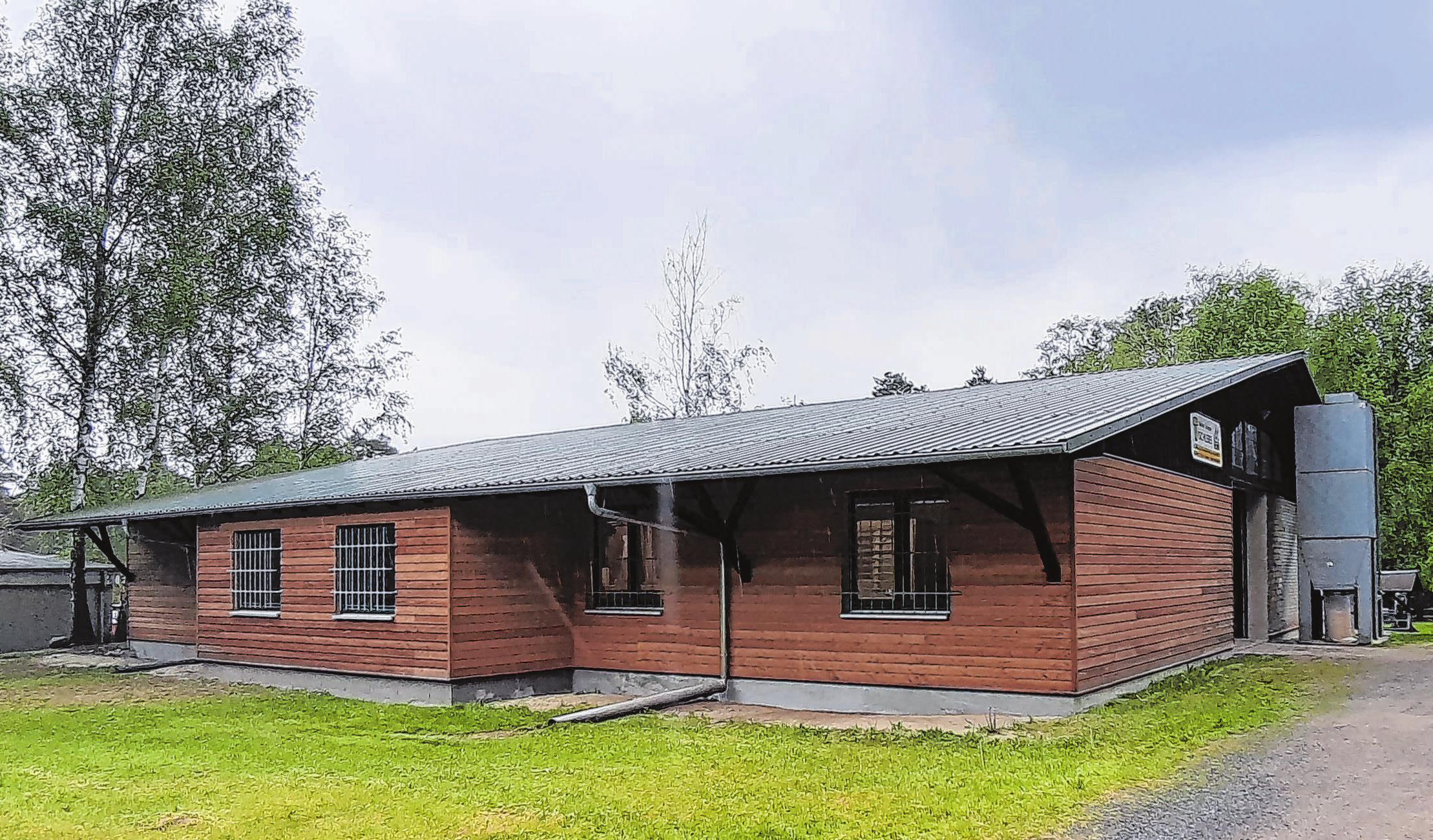 Aus Alt wurde Neu: Die moderne Werkstatthalle entstand aus einem alten Gebäude und wurde durch die neue Holzverkleidung jetzt auch von außen ein Hingucker.