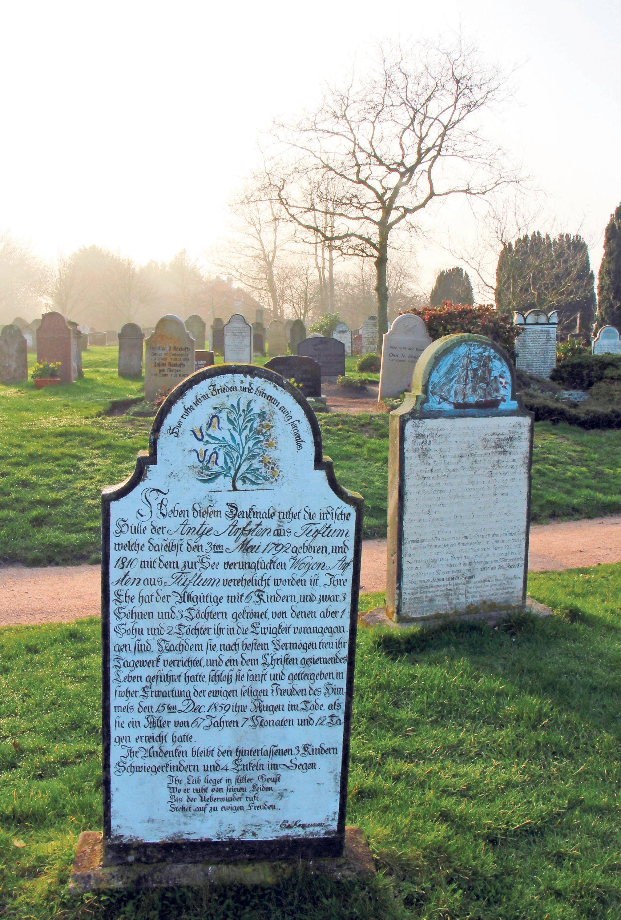 """Geschichten über die Toten als Erinnerung für die Lebenden: Auf den Friedhöfen der Insel Föhr sind – wie hier in Süderende – viele alte """"sprechende Grabsteine"""" zu finden."""
