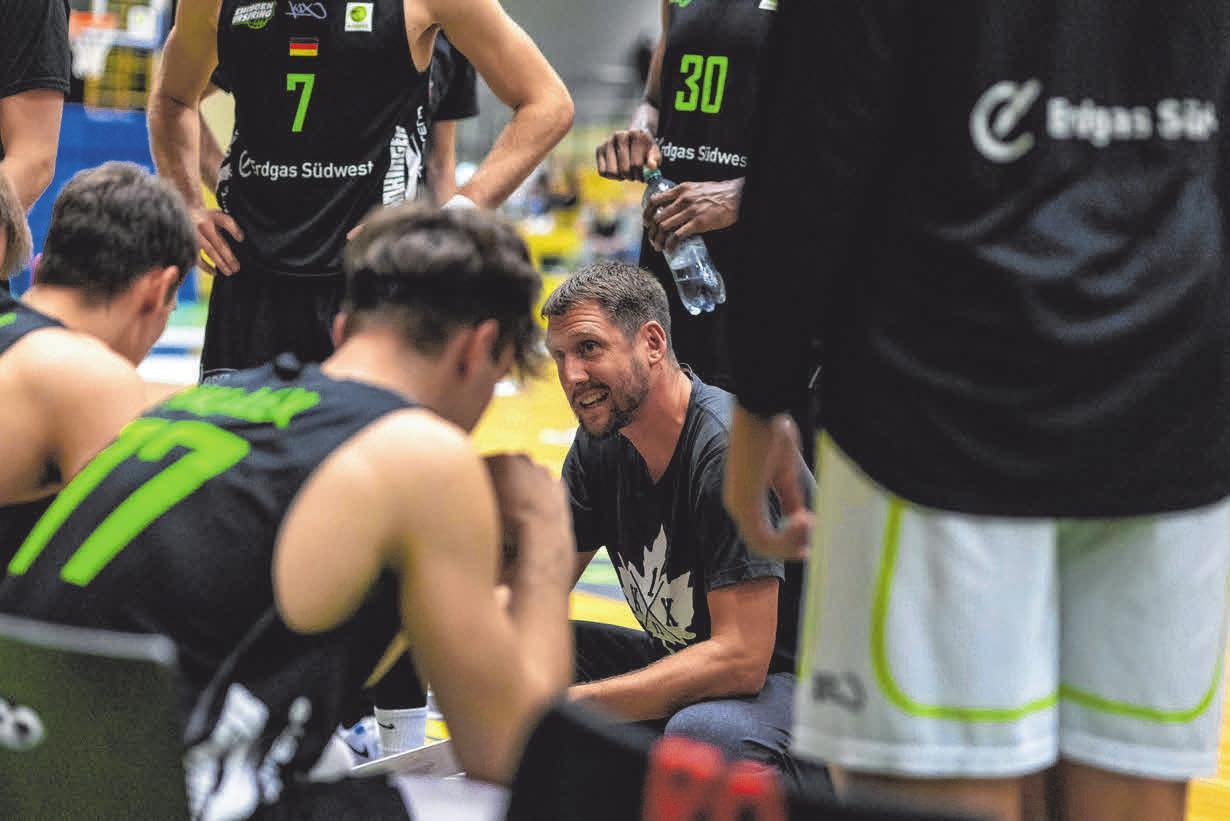 Neuer Chefcoach: Felix Czerny (Mitte), früher Schüler und Nachwuchstrainer in Urspring, übernahm das Profi-Team von Ehingen Urspring als Nachfolger des langjährigen Coaches Domenik Reinboth. FOTO: IMAGO IMAGES/EIBNER