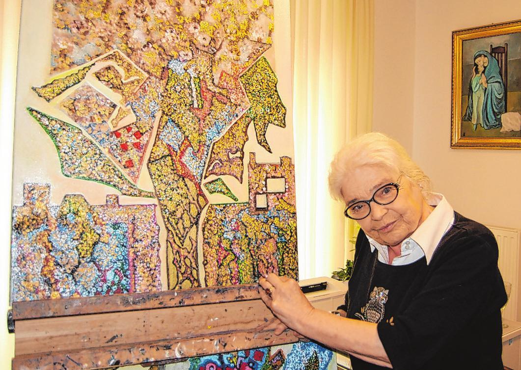 Heike Sophie Groth (75) vor ihrem Bild, das im Eingangsbereich des Seniorenpflegezentrums seinen Platz finden wird Foto: afr