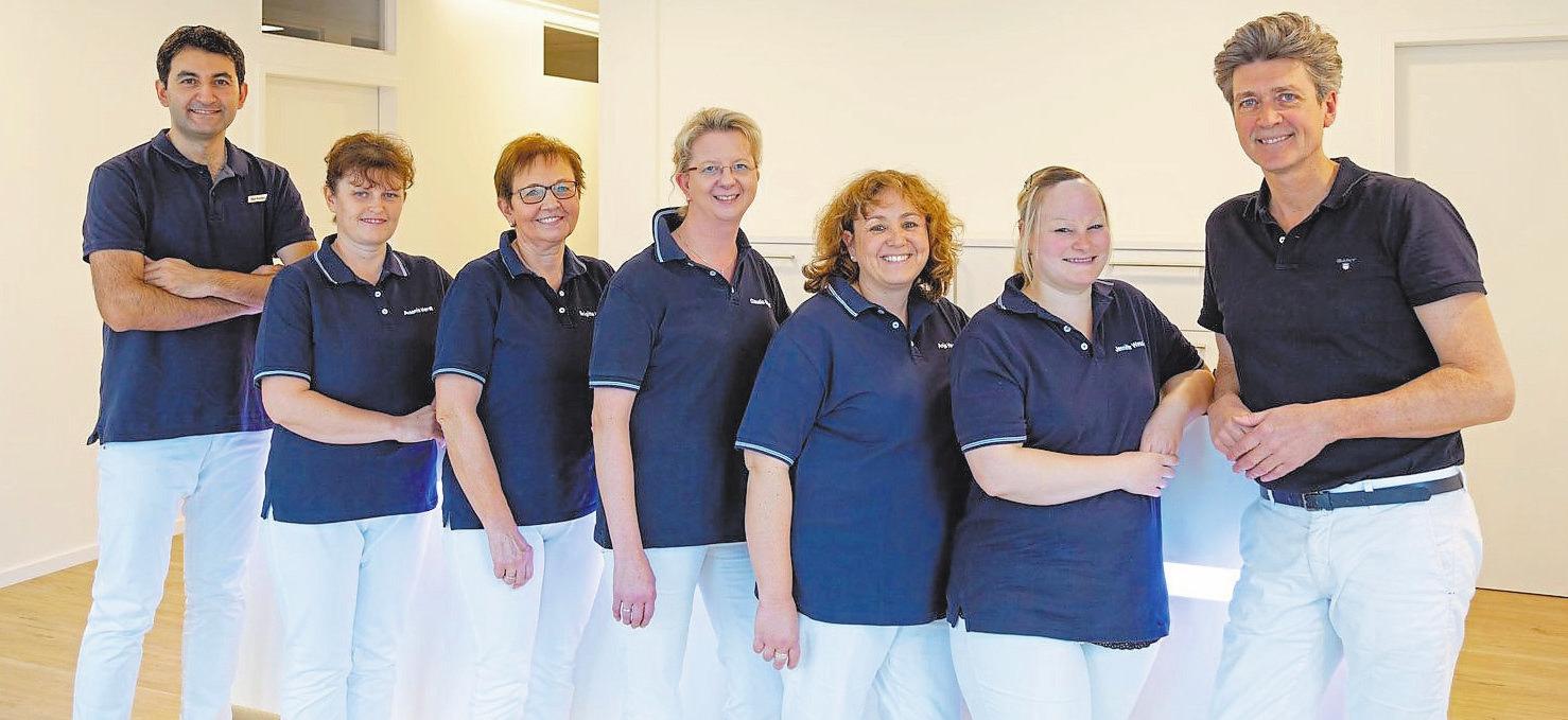 Das Praxisteam mit Zahnarzt Dr. Stephanus Eckmann (r.). Fotos (2): hrd grafikdesign