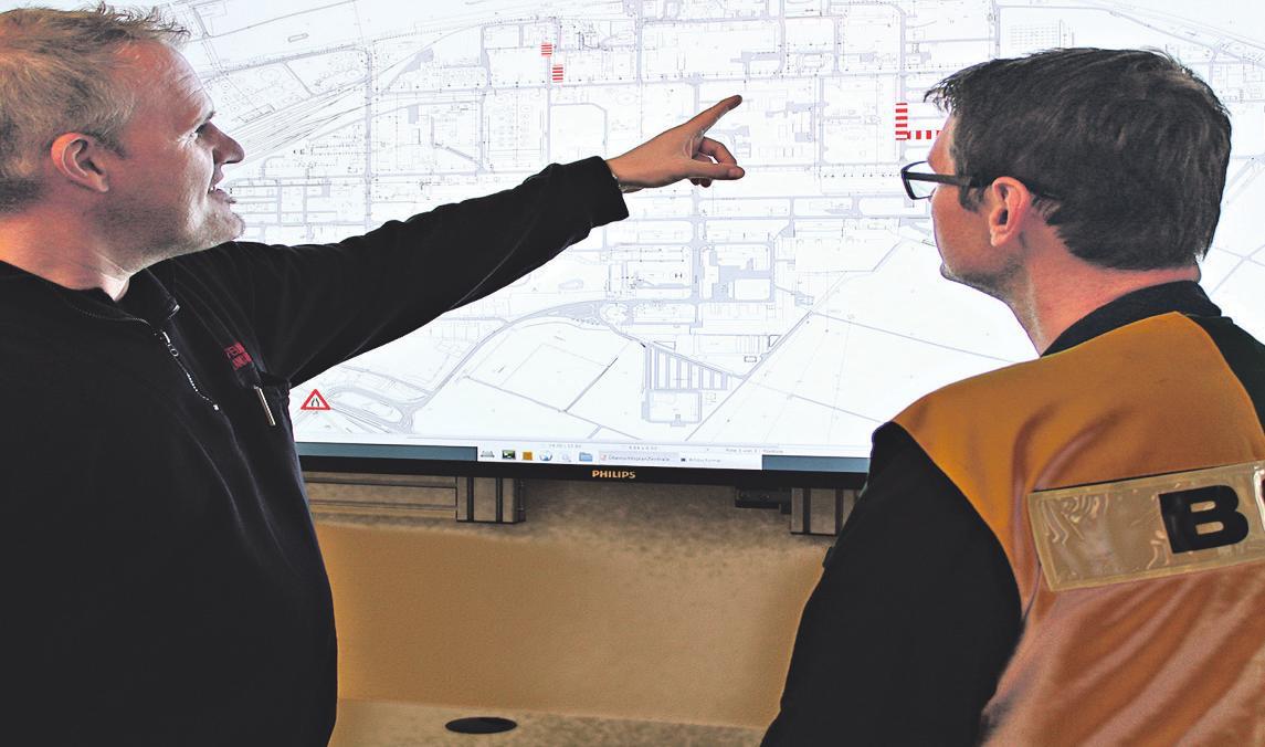 Zusammen mit den Mitarbeitern versucht der Betriebsschichtleiter (r.) die Quelle des Geruchs einzuordnen. Bild: von Hoensbroech/Shell