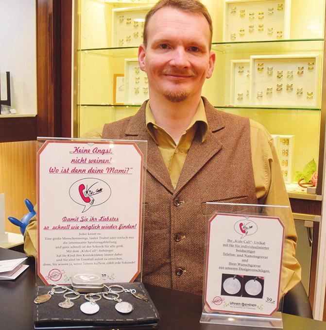 Uhren und Schmuck präsentiert Michael Stonner seinen Kunden in seinem Fachgeschäft in der Uetersener Altstadt