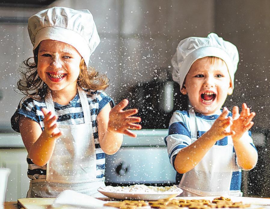 Teig kneten und ausrollen, Kekse ausstechen und mit vielen bunten Perlen verzieren – ein großer Spaß für Kinder Fotos/Grafi ken: GettyImages