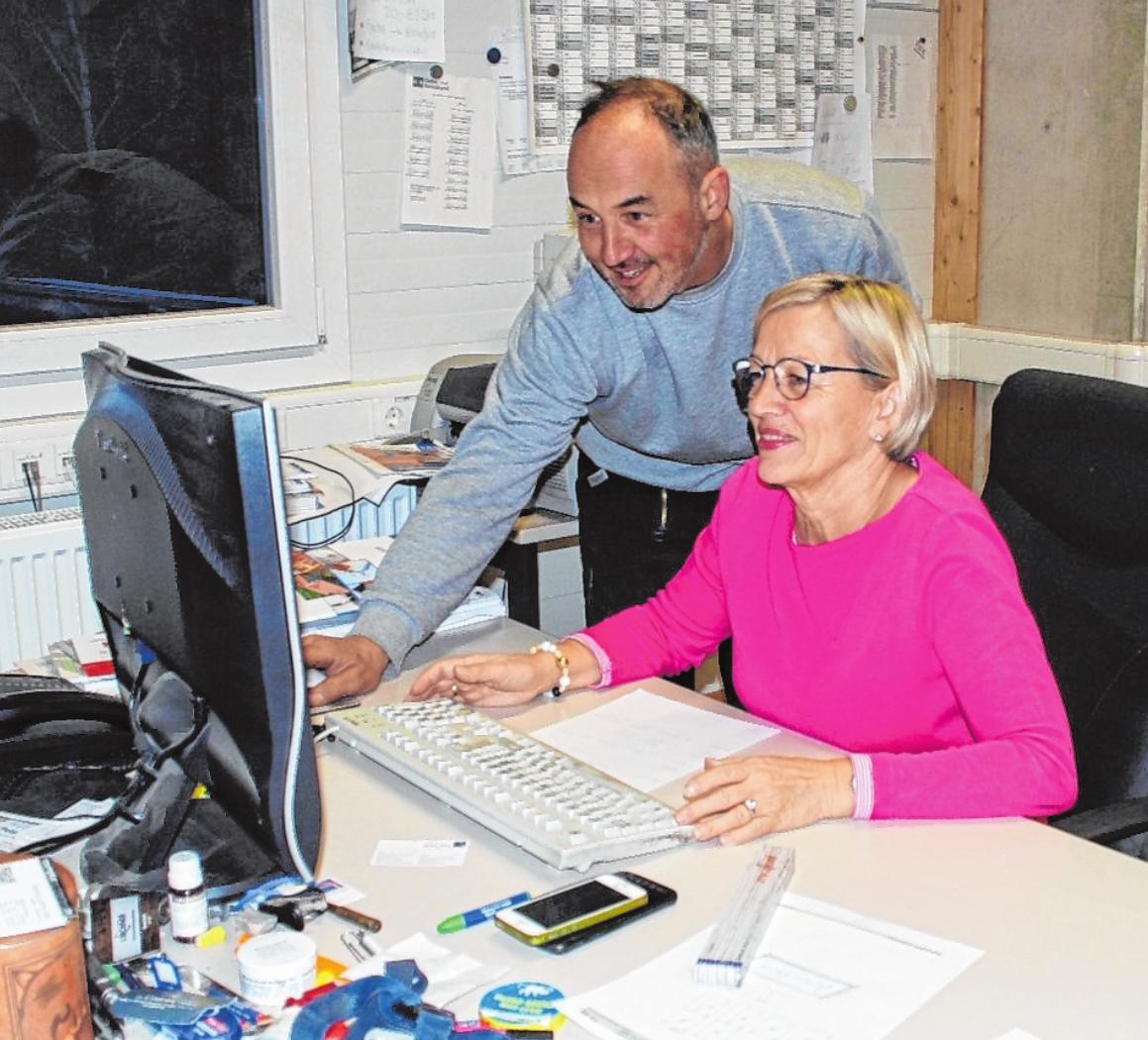Überprüfung der verschiedenen Aufträge im Büro: Meister Christian Rahner zusammen mit Renate Juks. FOTOS: USCHI MERTEN