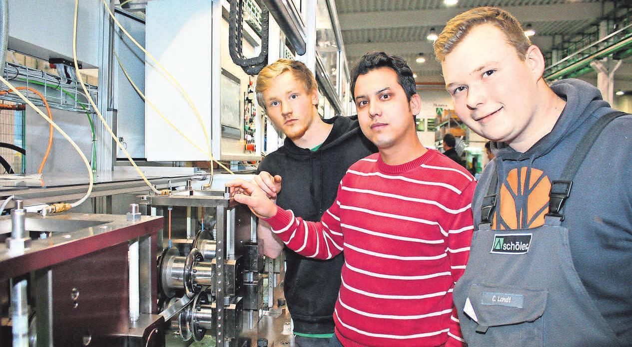 Die Auszubildenden Kevin Grevesmühl, Hamid Khavari und Christoph Landt an einer Rohrschweißmaschine (v. li.). Foto: Thomas Albrecht