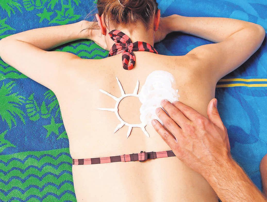 Das Eincremen mit geeigneter Sonnenschutzlotion schützt die Haut vor gefährlicher UV-Strahlung. Foto: AOK Mediendienst
