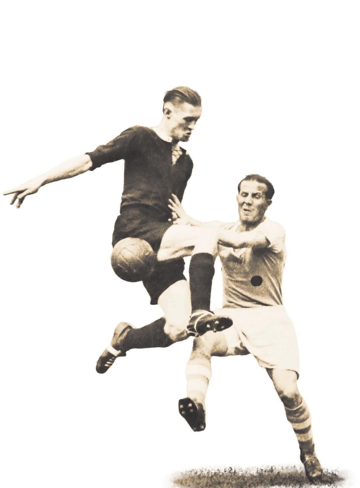 Schenken sich nichts: So wie Hannover 96 und Schalke 04 liefern sich 1938 auch der Hannoveraner Willi Petzold (links) und Ernst Kuzorra verbissene Duelle um den Titel. Florian Petrow