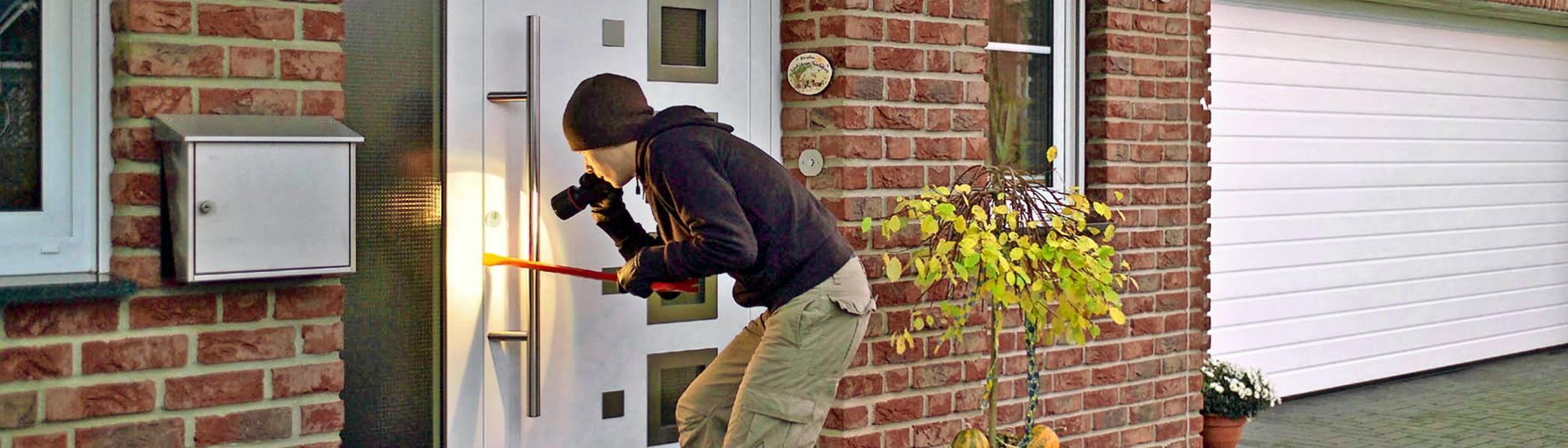 Fenster und Türen sind die Schwachstellen des Hauses. Genau dort sollte nach Meinung von Sicherheitsexperten der Einbruchschutz ansetzen. Foto: dpa