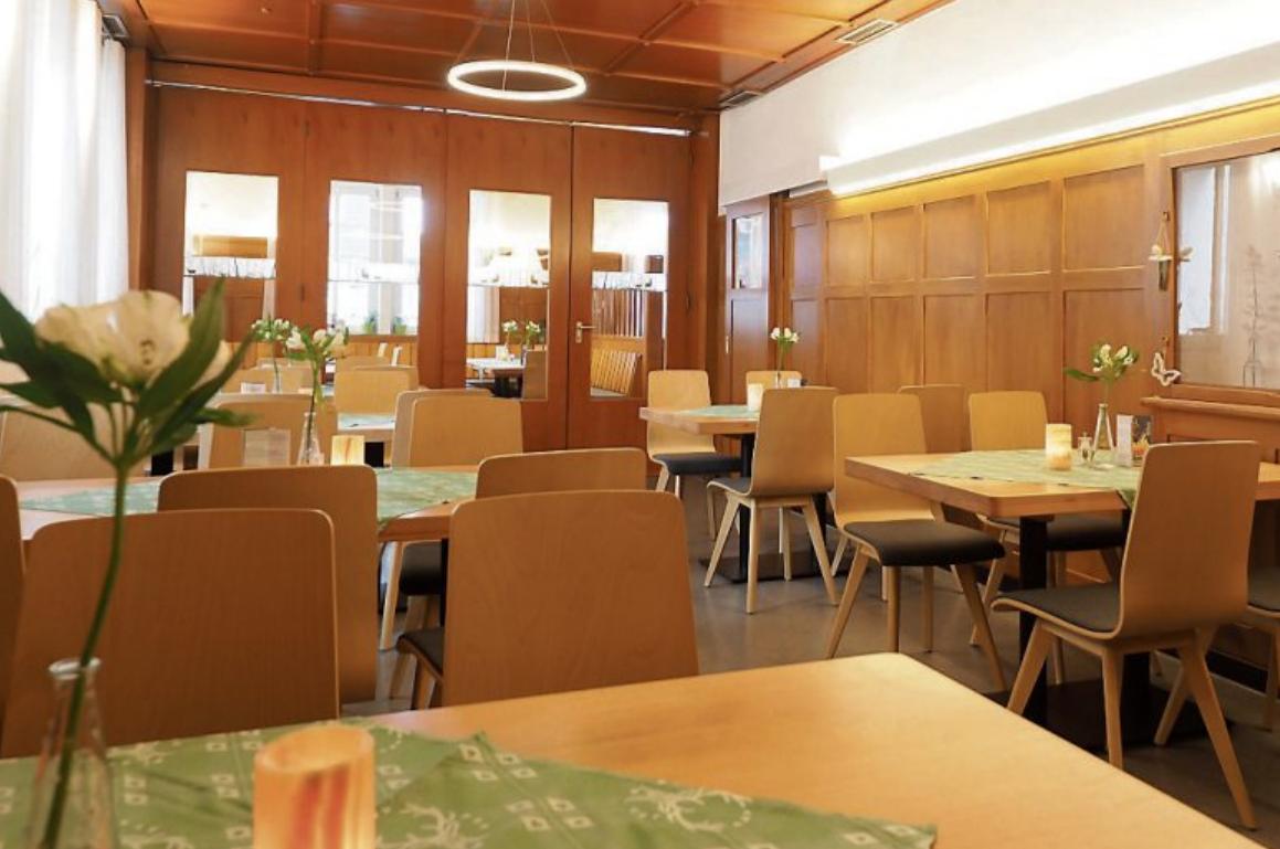 Der Gastraum bietet 24 Plätze, der Nebenraum mit Glasschiebetür noch einmal 26.