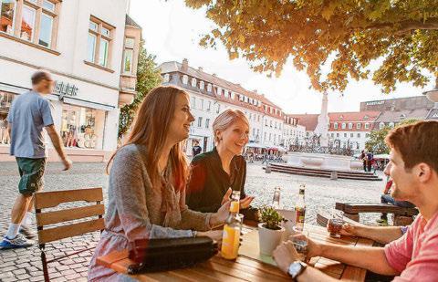 Die zahlreichen Gaststätten am St. Johanner Markt laden zu einem erfrischenden Zwischenstopp ein. Foto: Tourismus Zentrale Saarland