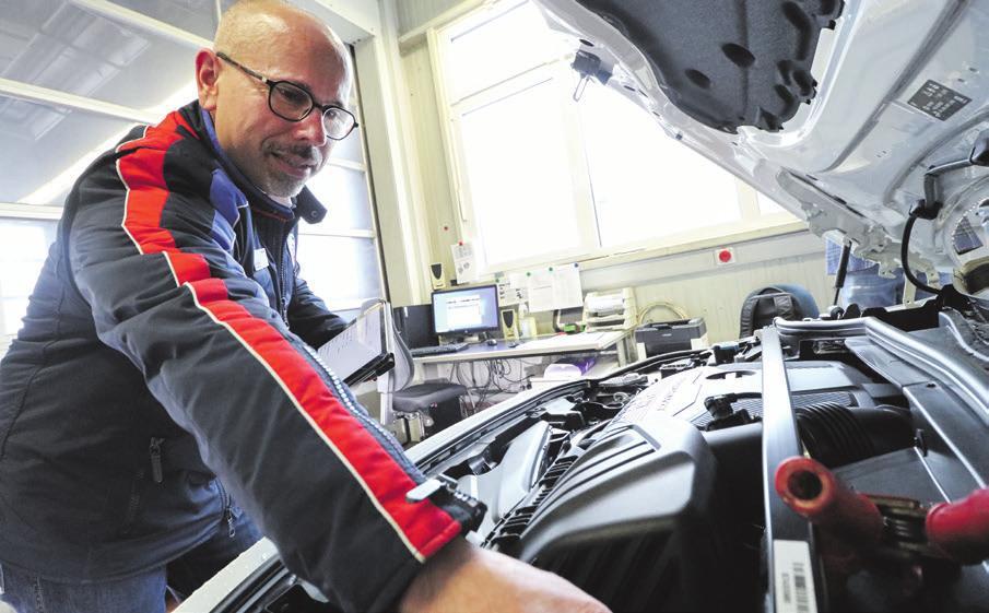 Digitalisierung in der Werkstatt: Für Serviceberater Gerd Müller ist die Arbeit mit Tablet und Computer ganz normal.