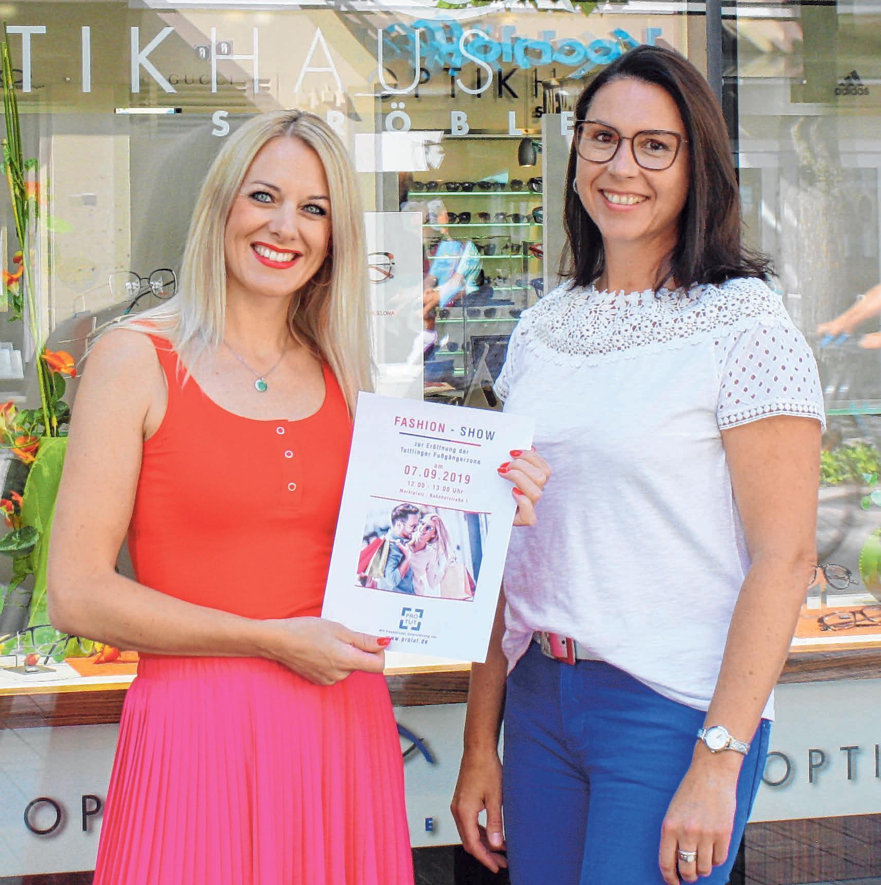 Katja Braun und Diana Ströble (v.l.) organisieren eine Modenschau zur Einweihung der Tuttlinger Fußgängerzone. FOTO: PM