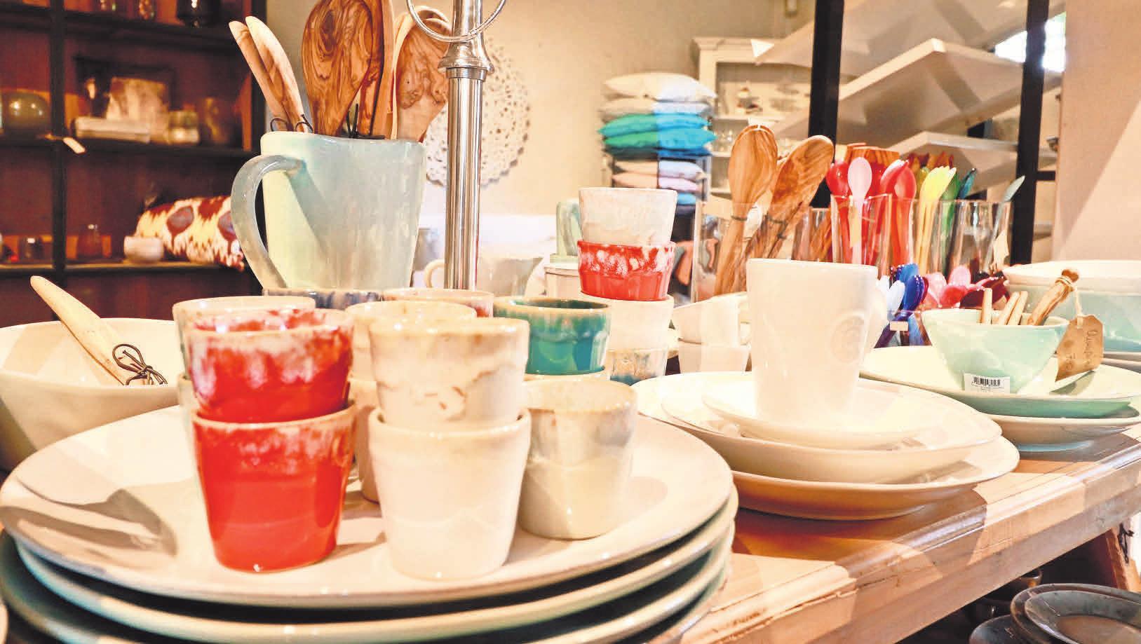 Mit einem schön gedeckten Tisch geht der Tag gut los und klingt gemütlich aus. Die passenden Accessoires von der Vase über das Geschirr bis zu feinem Leinen gibt es bei Home & Garden.