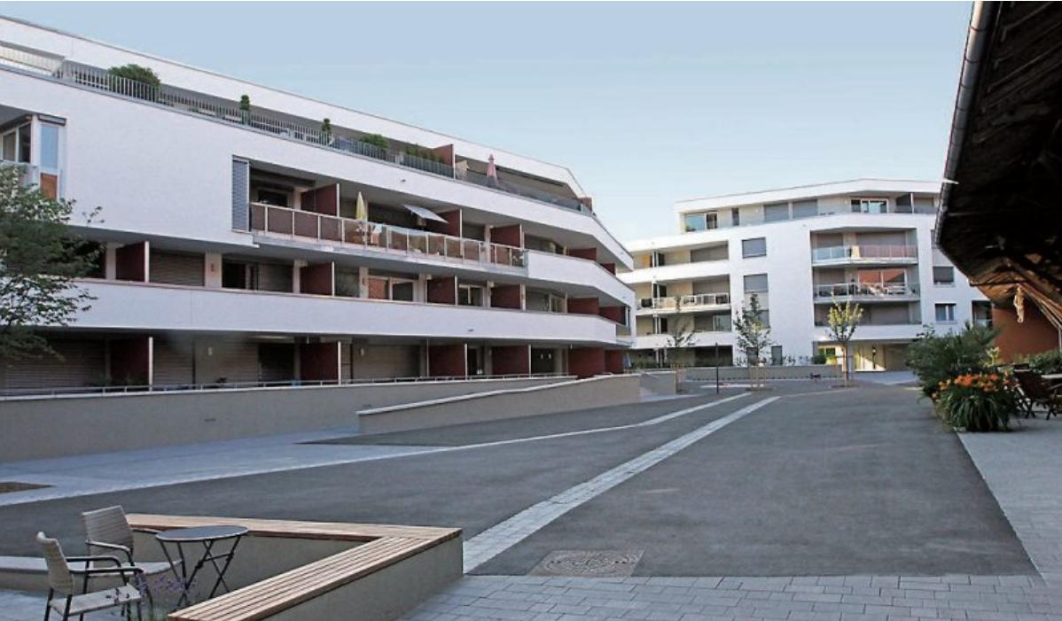 Eine stadtnahe und gleichzeitig ruhige Lage genießen die Bewohner der neuen Mehrfamilienhäuser in der Klausenstraße. Ein gemeinsamer Innenhof verbindet die Gebäude mit den Künstlerateliers im historischen Spitalhof. Bilder: Uhland2