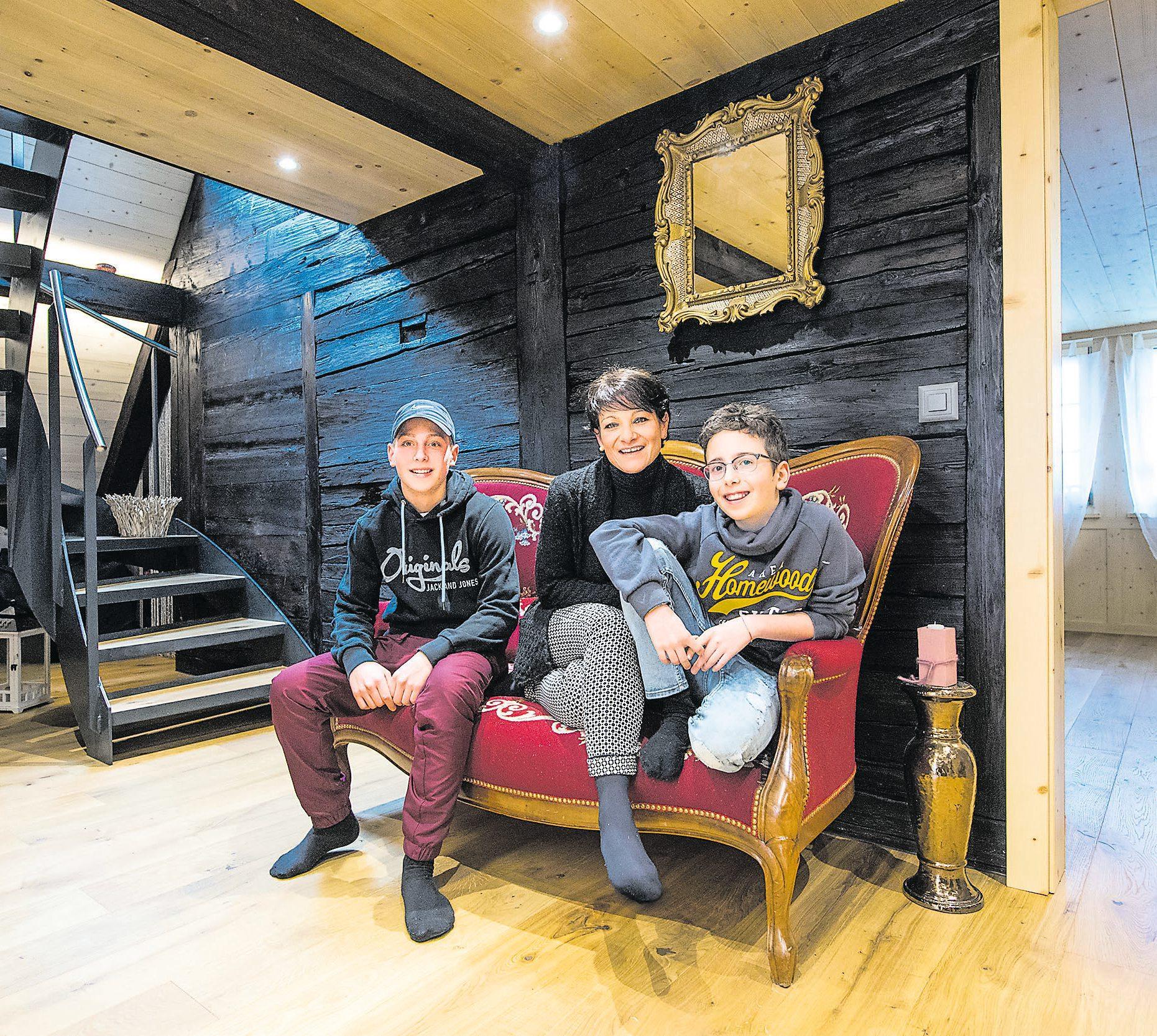 Adelaide Belfiglio mit ihren Söhnen Diego (l.) und Raoul auf dem Lieblingsmöbelstück: einem Brokatsofa. Bild: Eveline Beerkircher