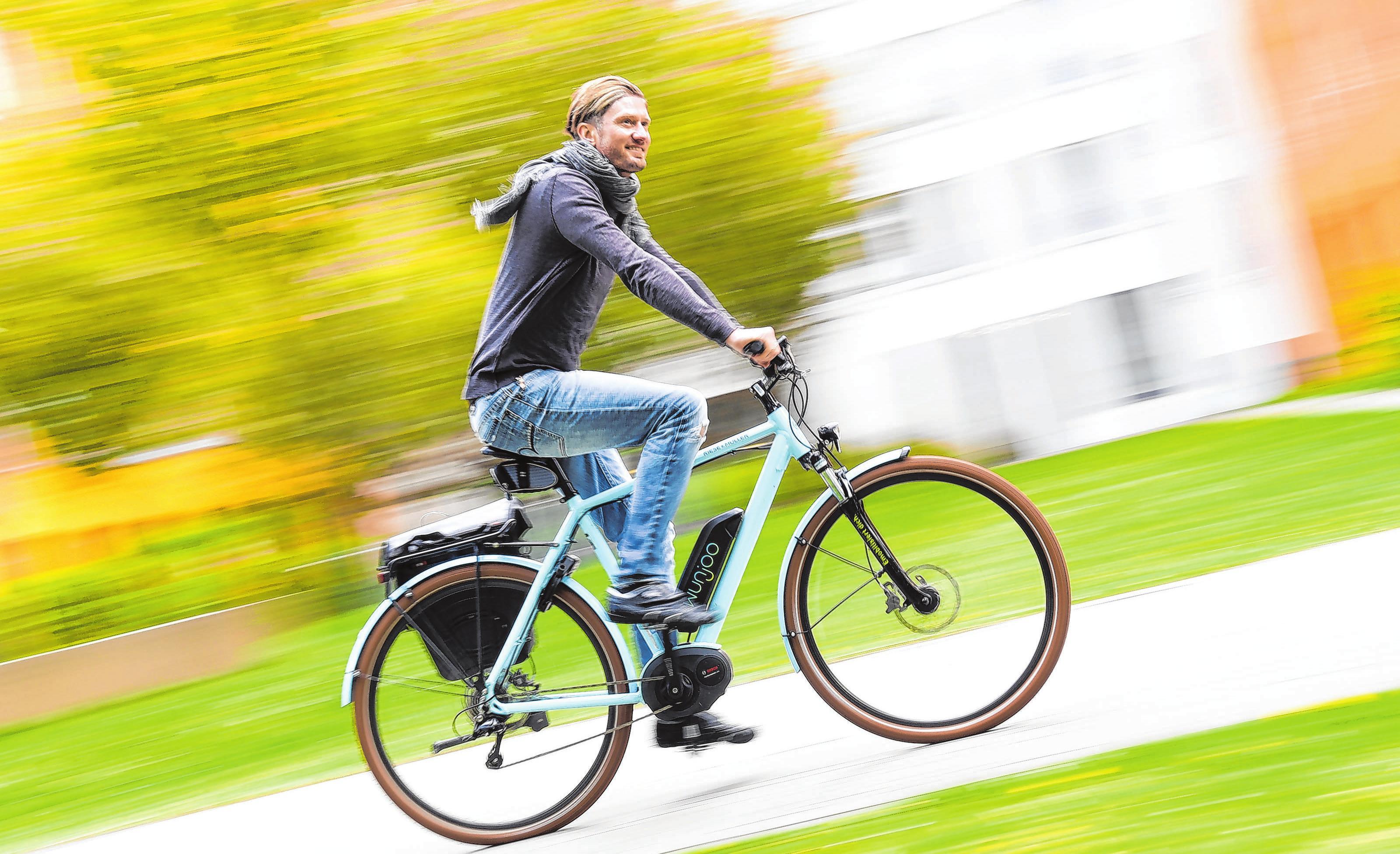 Ganz gemütlich: Wer nicht ins Schwitzen kommen möchte, nutzt auf dem Weg zur Arbeit die volle Motorunterstützung des Pedelecs. Foto: Tobias Hase/dpa-mag