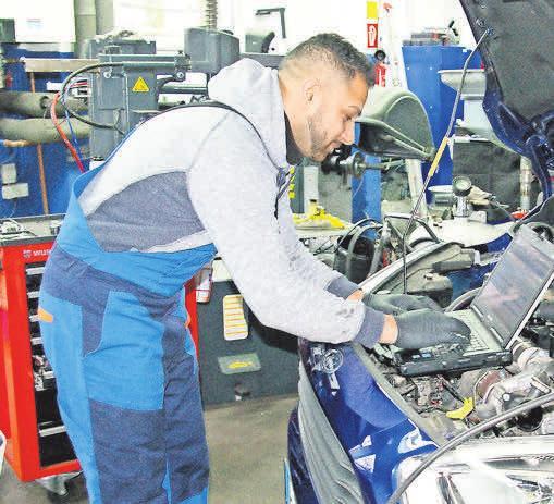 In der Werkstatt werden Fahrzeuge zu den üblichen Öffnungszeiten repariert.