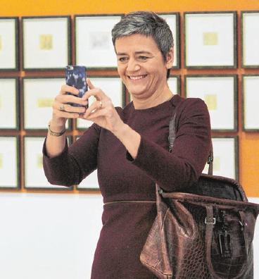 Margarete Vestager, EU-Kommissarin für Wettbewerb, macht bei ihrem Besuch 2016 in der Kunsthalle Würth in Schwäbisch Hall Erinnerungsfotos mit dem Smartphone. Fotos: Archiv