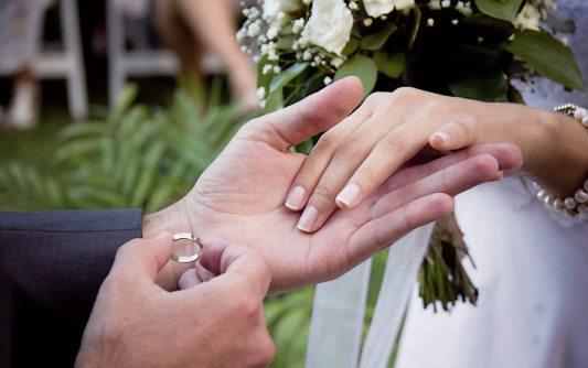 Die Auswahl der Trauringe gehört zu einer der schönsten Aufgaben bei der Hochzeitsvorbereitung. Juweliere und Goldschmiede findet man vor Ort.