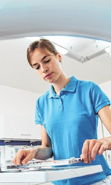 Wer eine Ausbildung beginnt, sollte die wichtigsten Regeln zur Arbeitszeit kennen. Diese unterscheiden sich – abhängig davon, ob Auszubildende volljährig oder noch unter 18 Jahre alt sind. FOTO: CHRISTIN KLOSE, MAG