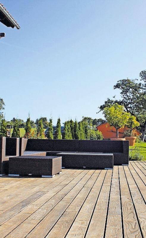 Holz auf der Terrasse sorgt für ein angenehmes Ambiente. FOTO:DJD/SWERO.DE