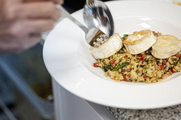 Die Gäste werden mit Köstlichkeiten aus der kreativen Küche verwöhnt. Fotos: NIC HAY PHOTOGRAPHY