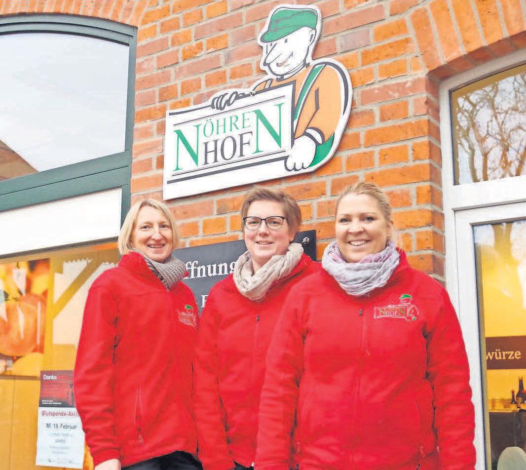 Friederike Nöhre (von links) mit ihren Mitarbeiterinnen im Hofladen, Andrea Jost und Jasmin Warnecke.