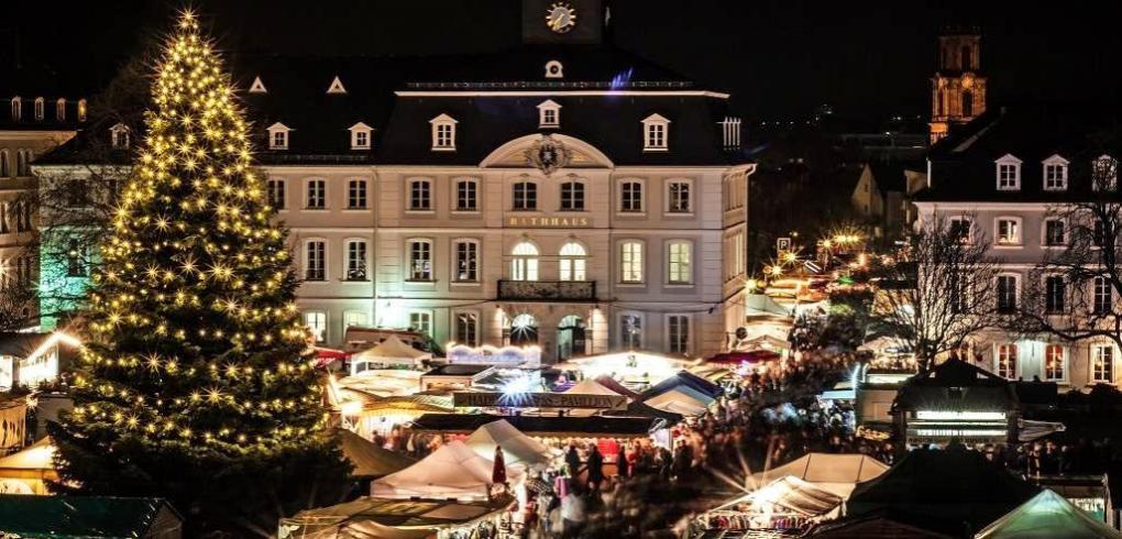 Der Alt-Saarbrücker Weihnachtsmarkt findet am ersten Adventswochenende rund um das Saarbrücker Schloss statt. Foto: Stadt Saarbrücken