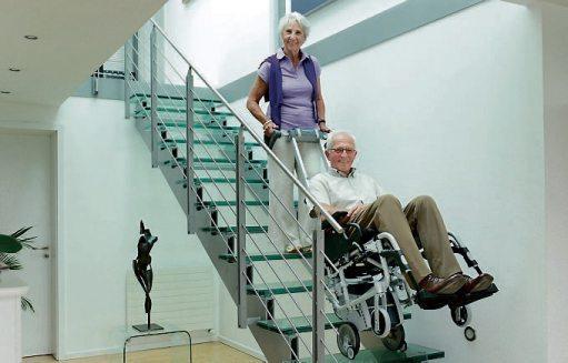 Der mobile Treppensteiger scalamobil wird bei Bedarf an den Rollstuhl angedockt und erlaubt ohne Kraftaufwand das Überwinden von Treppen aller Art. Bild: Alber