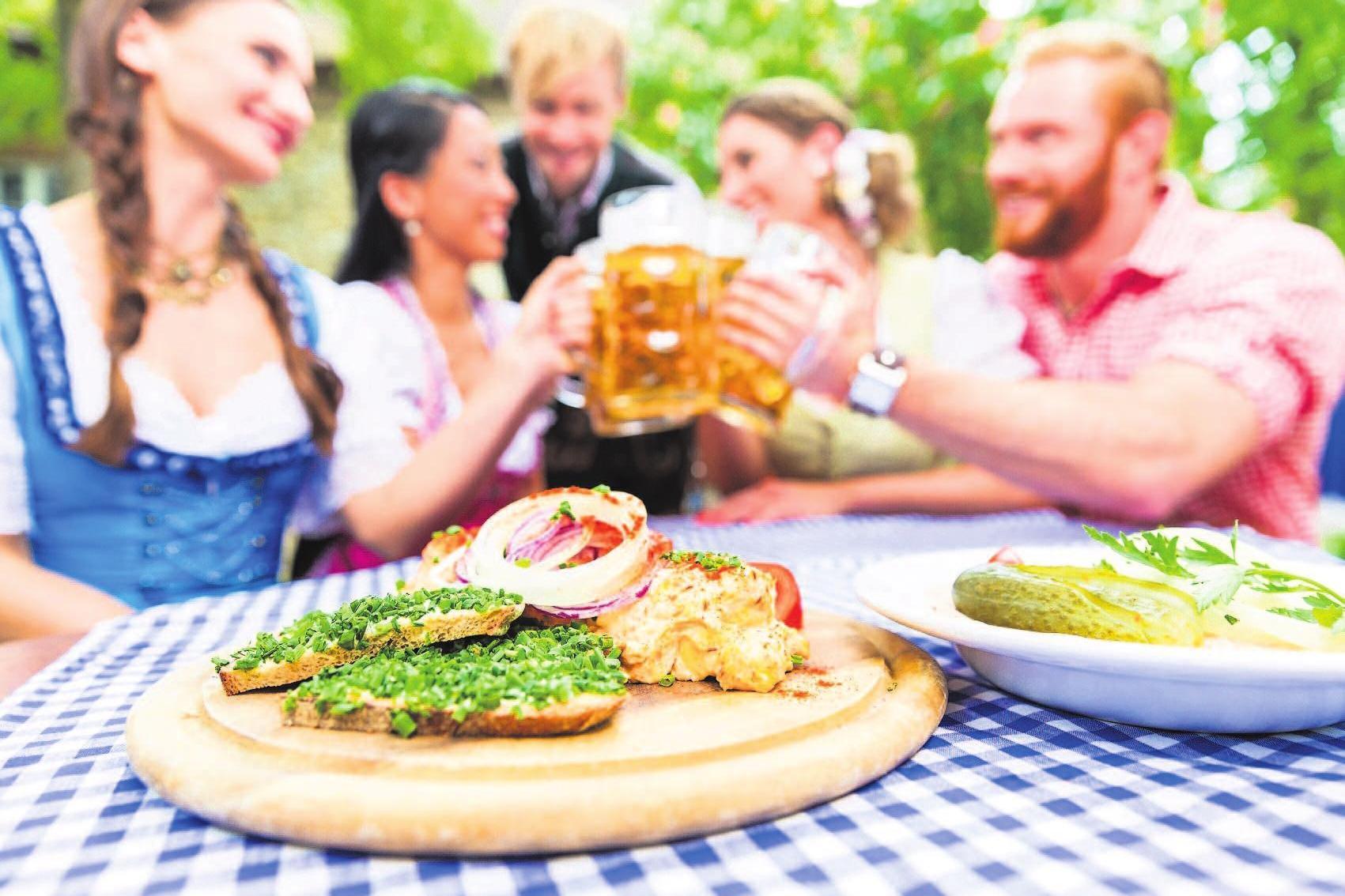 In geselliger Runde lässt sicher der Feierabend im Biergarten mit einer guten Brotzeit genießen.Foto: Adobe Stock/Kzenon