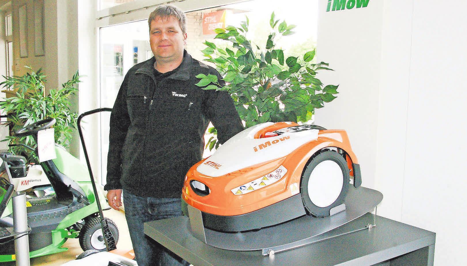 Arne Honig von Strohdach mit einem Mähroboter von Stihl.