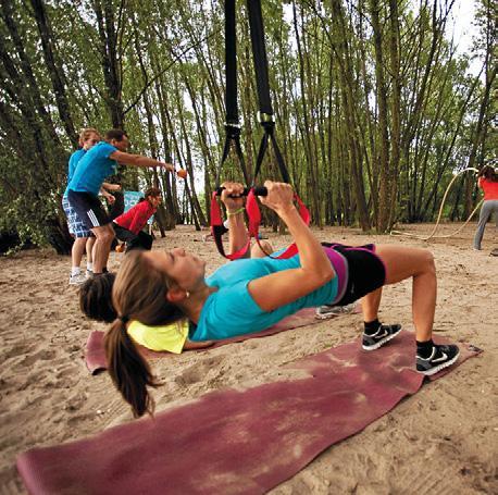 KONZENTRATION Eine Matte wird häufig genutzt – und gerade die Slingtrainer sind derzeit sehr beliebt: Dabei wird mit dem eigenen Körpergewicht als Trainingswiderstand gearbeitet.