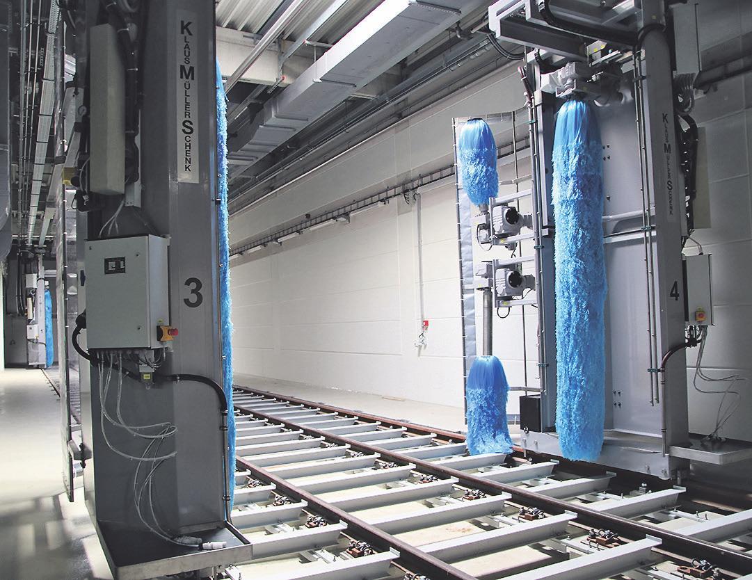 Für eine gute Optik werden die Bahnen immer wieder gereinigt und poliert. Grafitstaub, Salzrückstände und weiterer Dreck weichen dem Glanz