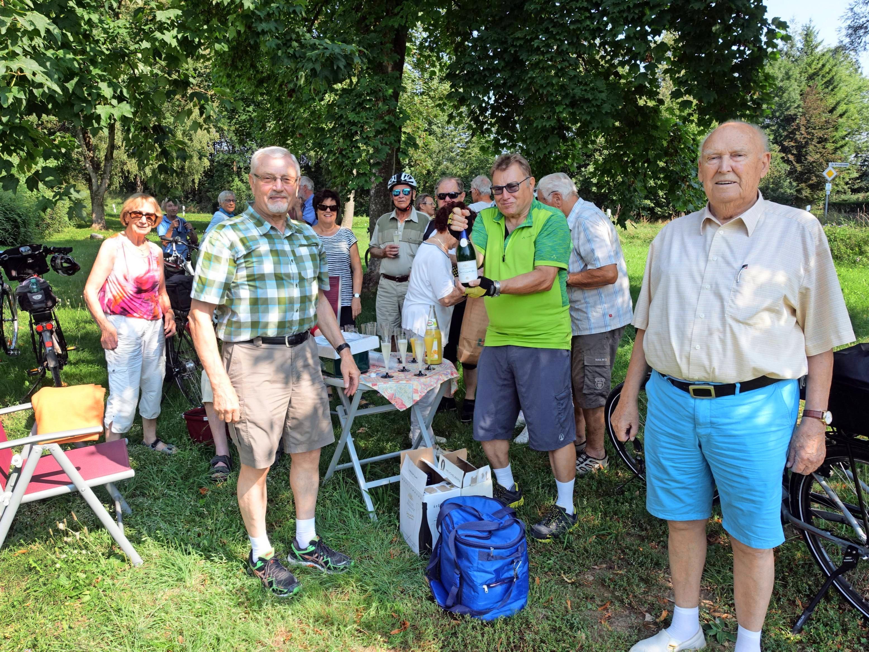 Insgesamt absolvierten die aktiven Senioren der Neckarsulmer Sport-Union eine 55 Kilometer lange Strecke. Natürlich durfte auch die eine oder andere Rast nicht fehlen. Foto: Karl-Heinz Leitz
