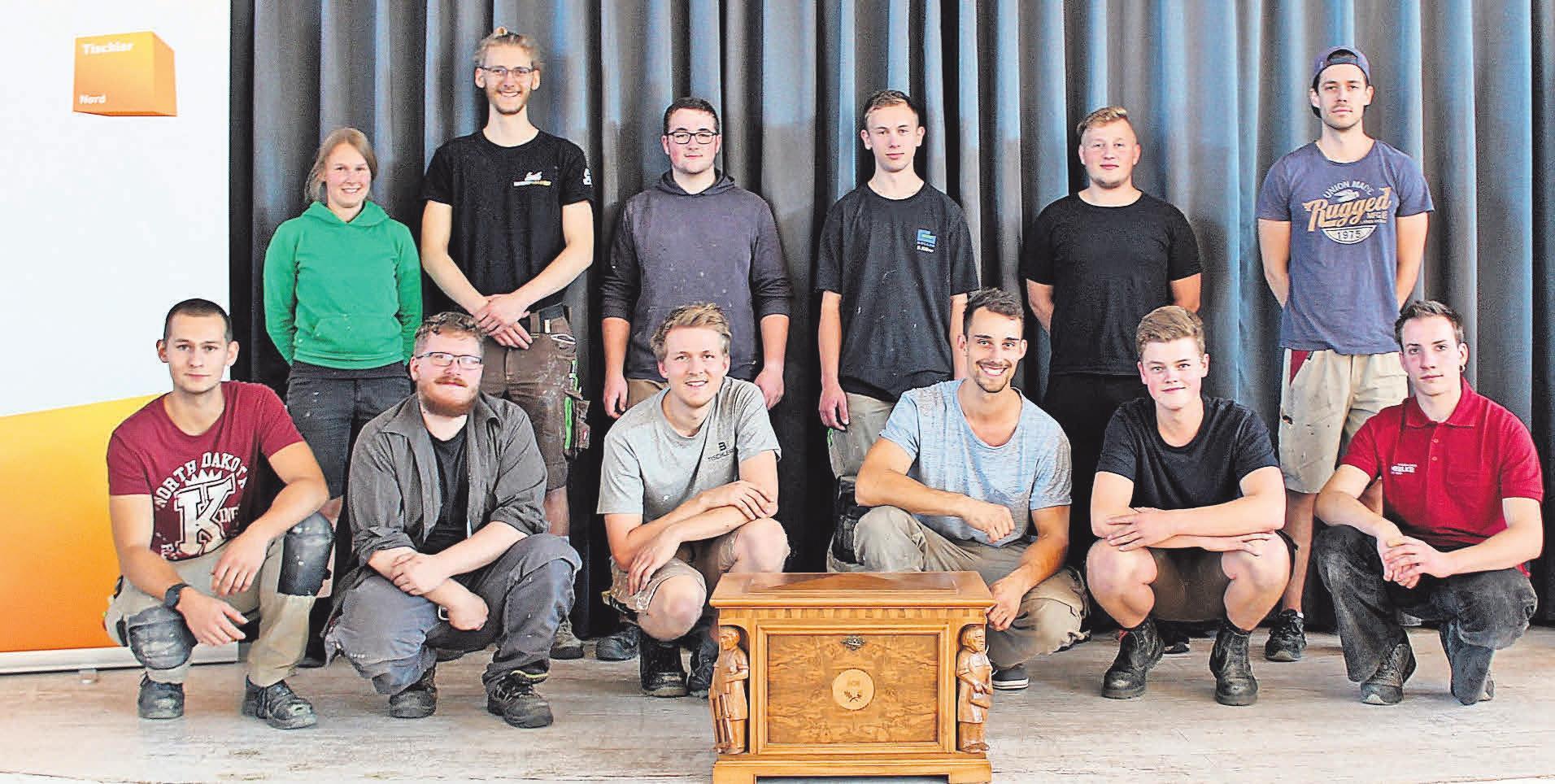 Zwölf der insgesamt 14 neuen Gesellen der Tischlerinnung Ostholstein. Foto: Markus Billhardt