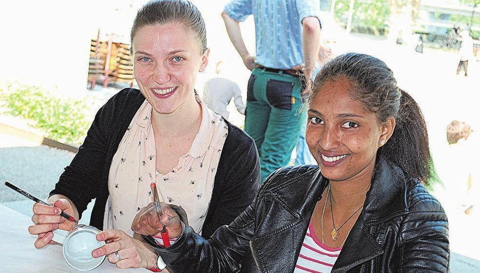 Natascha und Million beim Bemalen einer Tasse anlässlich ihres ersten Treffens.