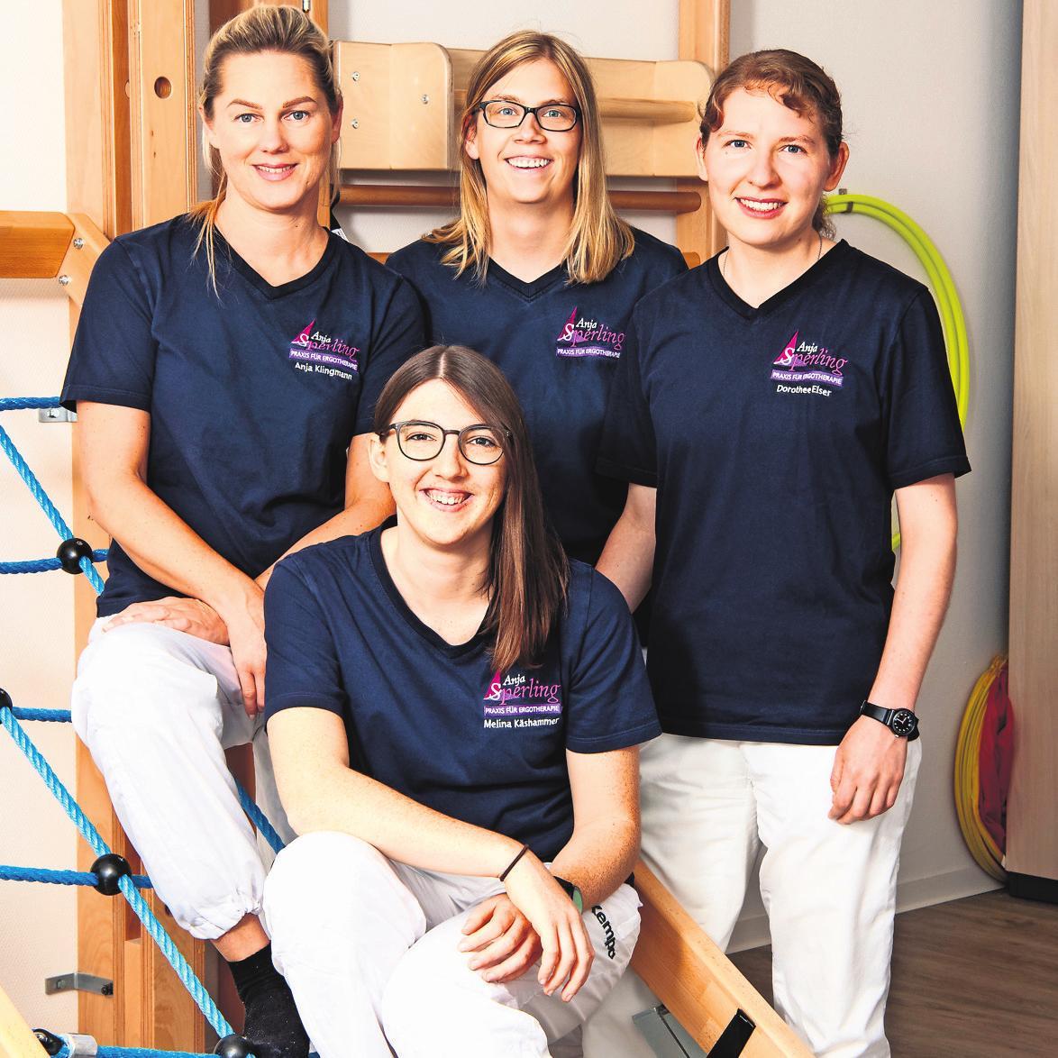 Im neuen Umfeld: Anja Sperling (Mitte, stehend) und ihr Team. Fotos: z