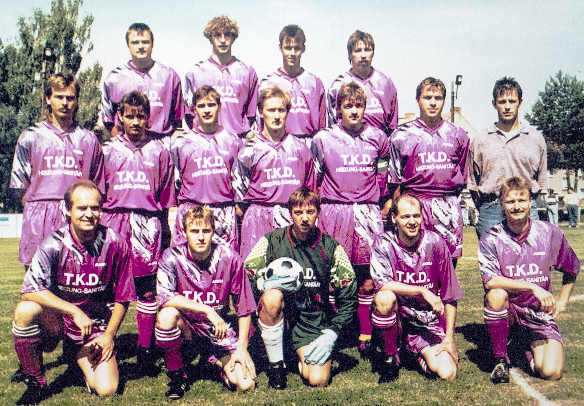 Der FC Rot-Weiß ganz in Lila: ein Mannschaftsfoto aus den frühen 1990er Jahren. Fotos: Archiv FC Rot-Weiß Nennhausen