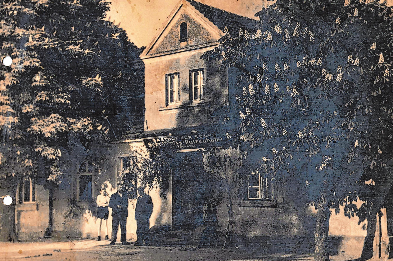 """In den 1940er Jahren rahmten noch prächtige Kastanienbäume das Gasthaus """"Zur Sonne"""". Fotos: Privat"""