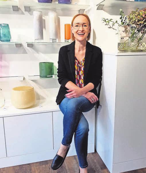 """Augenoptiker-Meisterin Silke Virkus hat für ihre Kunden diese tollen """"Henry Dean""""-Vasen entdeckt. Foto: Hoffmann"""