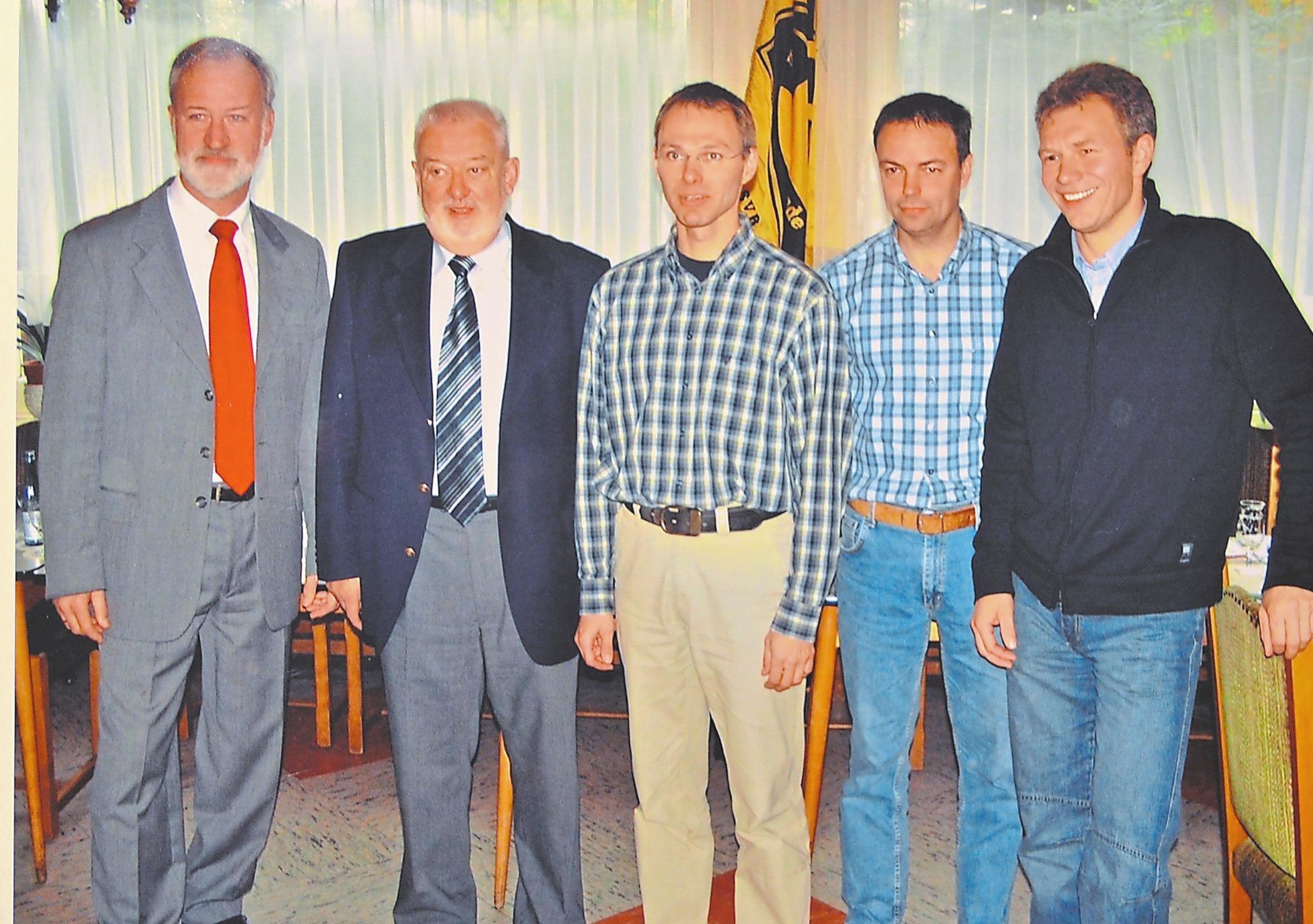 2005 übernahm Udo Nees (M.) den Vereinsvorsitz von Horst Buchterkirche (2.v.l.). Mit im Bild außerdem Herbert Löchter, Andreas Weile und Ulrich Buxtrup (v.l.). Repros: Moritz