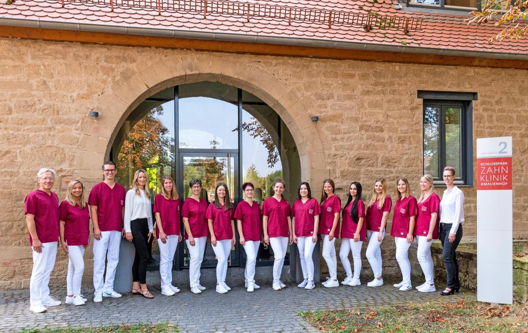 Dr. Guido Köhver (links), das Zahnärzteteam und alle Angestellten sind ein wesentlicher Teil der Erfolgsgeschichte der Schlosspark-Zahnklinik. Fotos: Archiv/privat